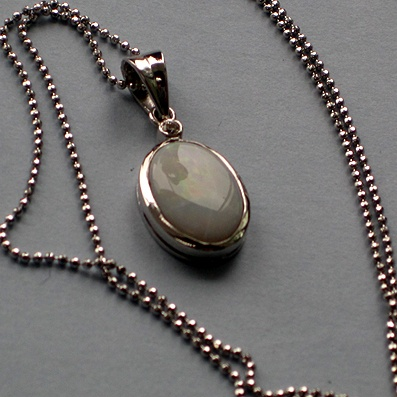18ct White Gold Chain with Suspended Lovely Opal